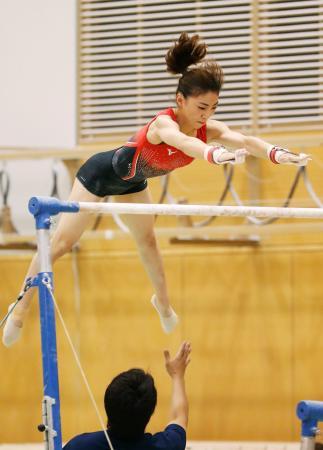 世界選手権に向け、段違い平行棒の調整をする寺本明日香=味の素ナショナルトレーニングセンター