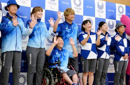 発表された東京五輪・パラリンピックのボランティアら大会スタッフ用のユニホーム=19日午後、東京都中央区