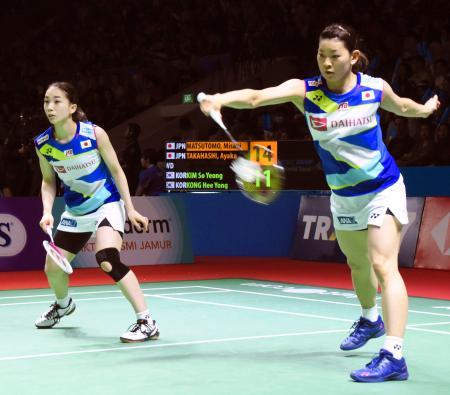 女子ダブルス準々決勝でプレーする高橋礼(右)、松友組=ジャカルタ(共同)
