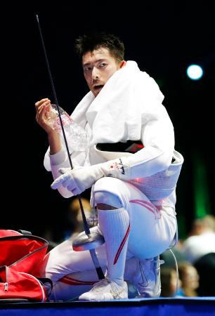 男子エペ個人決勝トーナメント2回戦で敗れた見延和靖=ブダペスト(共同)