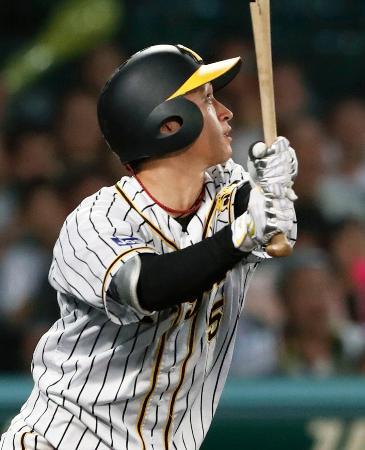 9回阪神1死三塁、近本がサヨナラの左犠飛を放つ=甲子園