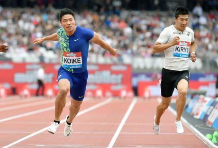 陸上ダイヤモンドリーグ第10戦の男子100メートル決勝で、日本歴代2位に並ぶ9秒98をマークして4位に入った小池祐貴。右は10秒13で7位の桐生祥秀=20日、ロンドン(共同)