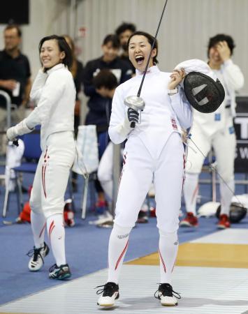 女子エペ団体の11、12位決定戦でドイツに勝利し喜ぶ佐藤。左は馬場=ブダペスト(共同)