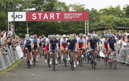 2020年東京五輪の自転車ロードレースのテスト大会で、ゴールの富士スピードウェイに向けスタートする選手たち=武蔵野の森公園