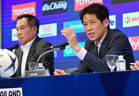 サッカーのタイ代表監督に就任し、記者会見する日本代表前監督の西野朗氏(右)=21日、バンコク(共同)