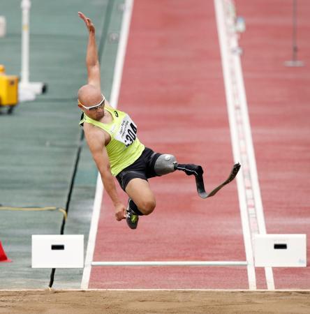 男子走り幅跳び(義足) 6メートル26で優勝した山本篤=岐阜長良川競技場