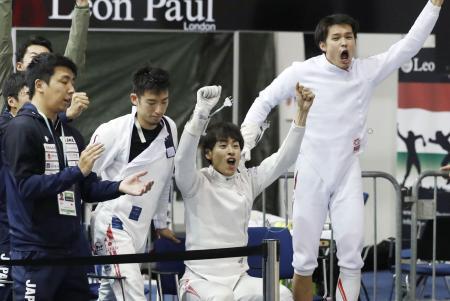 男子エペ団体順位決定戦でカザフスタンに勝利して9位となり、喜ぶ(右から)山田、宇山、見延ら=ブダペスト(共同)