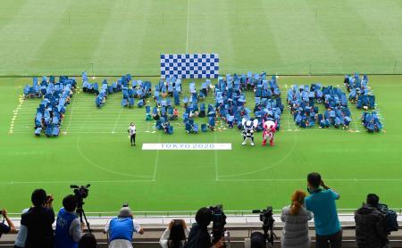 2020年東京五輪開幕まで1年となるのを前に、イベントで児童らがつくった「1 Year to Go!」の人文字=22日午前、東京都調布市の味の素スタジアム