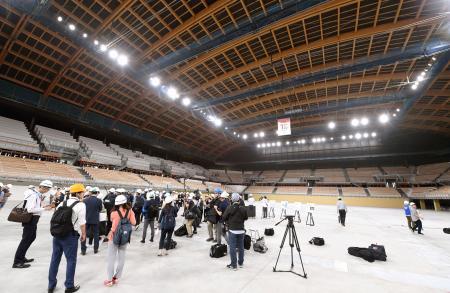 報道陣に公開された、建設中の有明体操競技場=22日午後、東京都江東区