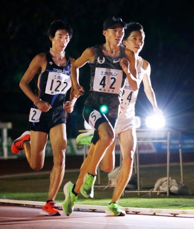 男子1万メートル 力走する大迫傑(中央)と設楽悠太(右)=網走市営陸上競技場