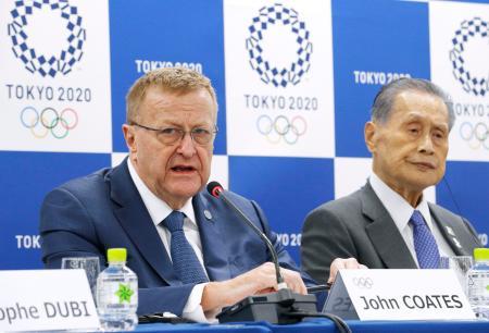 組織委との2日間の事務折衝を終え、記者会見するIOCのコーツ調整委員長。右は森喜朗・組織委会長=23日午後、東京都中央区