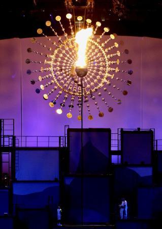 2016年8月のリオデジャネイロ五輪の開会式で点火された聖火台。聖火台は太陽をイメージ(共同)