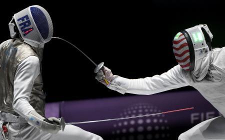 世界フェンシング最終日、男子フルーレ団体決勝でフランスの選手(左)と対戦する米国選手=23日、ブダペスト(AP=共同)