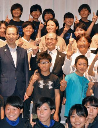 福島市での交流会で、子どもたちと記念撮影するプロ野球ソフトバンクの王貞治球団会長(中央)とソフトボール女子日本代表の選手ら=24日