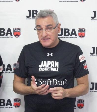 取材に応じるフリオ・ラマス監督=24日、東京都北区の味の素ナショナルトレーニングセンター