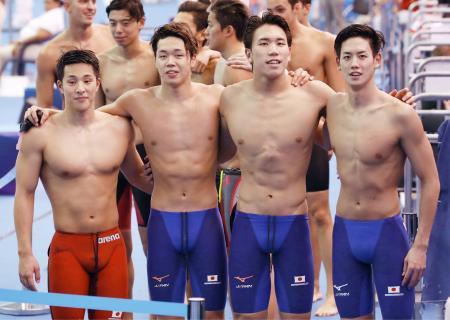 男子800メートルリレー予選を終え肩を組む(左から)瀬戸、吉田、松元、高橋。東京五輪出場枠を獲得した=光州(共同)