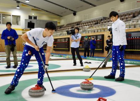 練習を公開したカーリング男子「TM軽井沢」の両角友(右)と弟の両角公=長野県軽井沢町