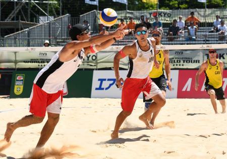 男子1次リーグ カナダ組と対戦する石島(手前右)、白鳥組=東京潮風公園