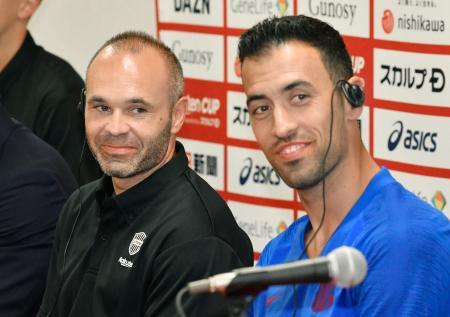 記者会見で笑顔を見せる神戸・イニエスタ(左)とバルセロナのS・ブスケツ=ノエスタ