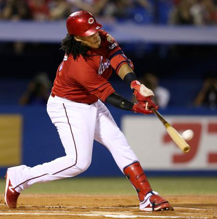 6回広島1死、バティスタが左越えに本塁打を放つ=神宮