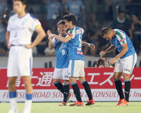川崎―大分 後半、ゴールを決め喜ぶ川崎・阿部(中央左)=等々力