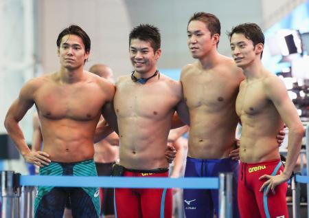 男子400メートルメドレーリレー予選のレースを終え、写真に納まる(左から)中村、水沼、小関、入江。東京五輪出場枠を獲得した=光州(共同)