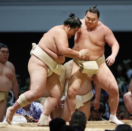 大相撲夏巡業が始まり、琴ノ若(左)と稽古する白鵬=28日、岐阜市