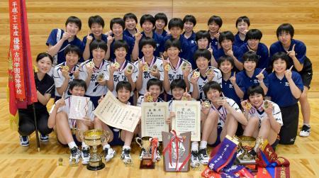 24年ぶり3度目の優勝を果たし、笑顔で記念撮影する就実の選手=都城市体育文化センター