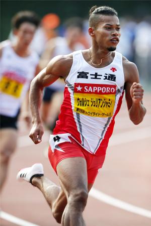 男子400メートル(タイムレース) 45秒78の大会新記録で4連覇のウォルシュ・ジュリアン=慶大日吉陸上競技場
