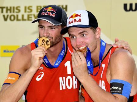 男子で優勝したノルウェーのモル(左)、ソラム組=東京潮風公園