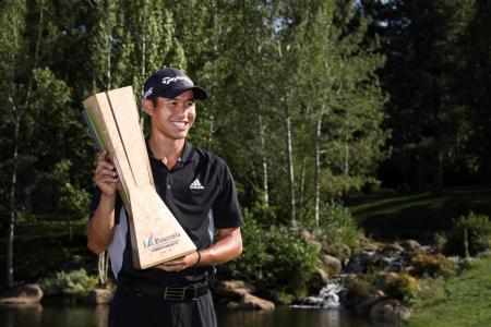 米男子ゴルフのバラクーダ選手権最終日、優勝トロフィーを掲げるコリン・モリカワ=28日、リノ(ゲッティ=共同)