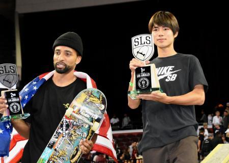 ストリートリーグ第2戦で優勝した堀米雄斗(右)=ロサンゼルス(共同)