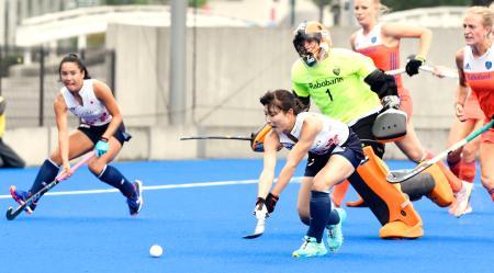 オランダ戦で先制ゴールを決めたホッケー女子日本代表の清水(左から2人目)=山梨学院ホッケースタジアム