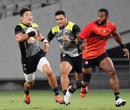 練習試合で汗を流すラグビー7人制男子の藤田(左)ら=味の素スタジアム