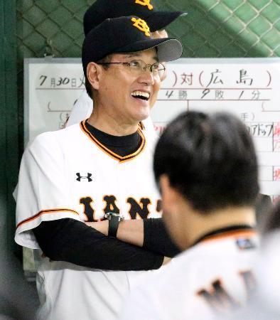 3回、リードする展開にベンチで笑顔を見せる巨人・原監督=東京ドーム