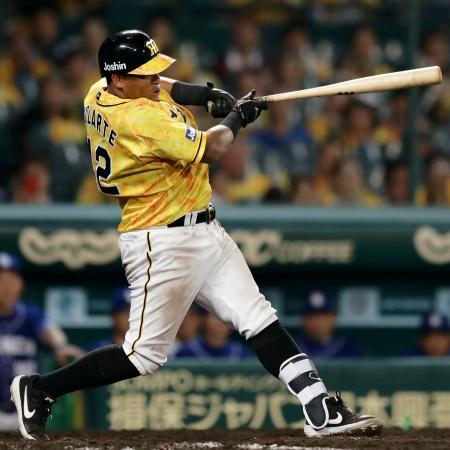 9回阪神無死一塁、ソラーテが左翼ポール直撃の逆転サヨナラ2ランを放つ=甲子園
