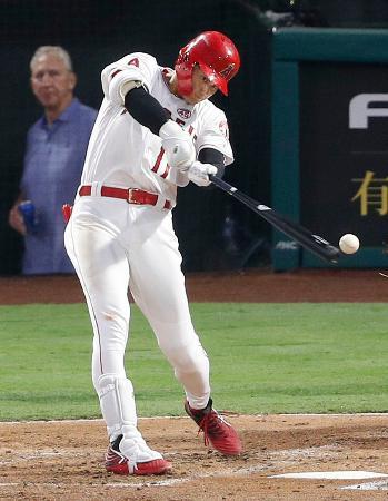 タイガース戦の3回、三塁内野安打を放つエンゼルス・大谷=アナハイム(共同)