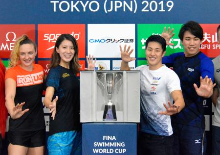競泳W杯を前にポーズをとる(左から)カティンカ・ホッスー、大橋悠依、瀬戸大也、松元克央=31日、東京都内