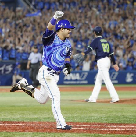 9回DeNA1死満塁、ヤクルト・近藤(奥)からサヨナラ打を放ち、ガッツポーズで一塁に向かう宮崎=横浜