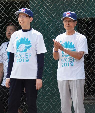 世界少年野球大会の国際交流試合初戦の会場を訪れた王貞治さん。左は福島県の内堀雅雄知事=1日、福島市