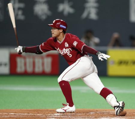 3回楽天無死二塁、茂木が中前に勝ち越し打を放つ=札幌ドーム