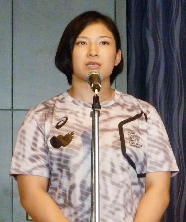 レスリング世界選手権の壮行会で抱負を語る女子68キロ級の土性沙羅=2日午後、名古屋市