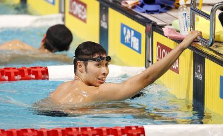 リラックスした表情で調整する萩野公介=東京辰巳国際水泳場