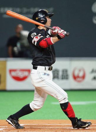 1回ソフトバンク無死一塁、明石が右中間に先制二塁打を放つ=札幌ドーム