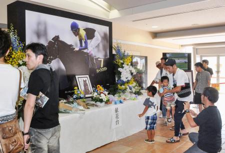 ディープインパクトをしのび、小倉競馬場に設置された献花台=3日午後、北九州市