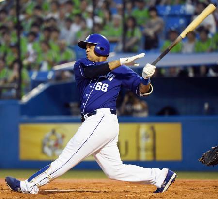 3回中日1死一塁、ビシエドが左中間に適時二塁打を放つ=神宮
