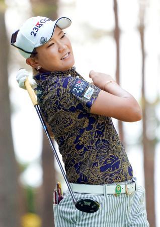最終日、通算11アンダーで優勝した成田美寿々。12番でティーショットを放つ=鳴沢GC