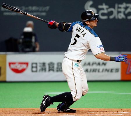 5回日本ハム1死二塁、大田が中越えに適時二塁打を放つ=札幌ドーム
