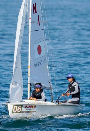 風が吹かなかったためノーレースとなり、引き揚げる女子470級の吉田(右)、吉岡組=神奈川県・江の島ヨットハーバー