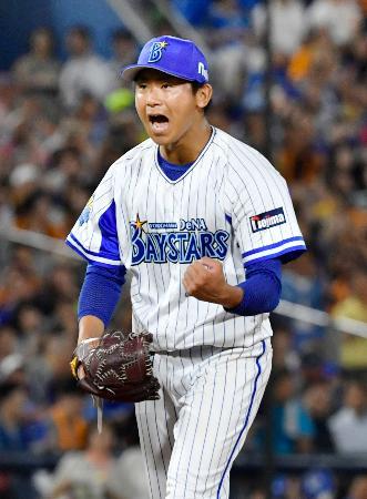 5回、満塁のピンチを無得点に抑え、雄たけびを上げるDeNA・今永=横浜